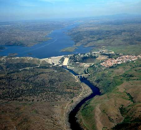 IGDA/Pubbliaerfoto     ПЛОТИНА ГЭС и водохранилище на р. Тахо (Испания).