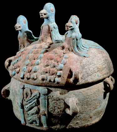 КЕРАМИЧЕСКАЯ УРНА – образец гончарного искусства майя.    IGDA/G. Dagli Orti
