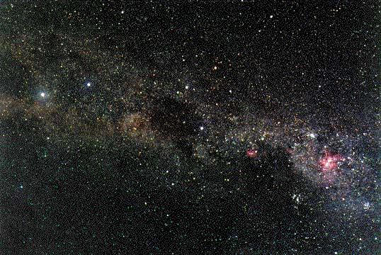 ЮЖНАЯ ЧАСТЬ МЛЕЧНОГО ПУТИ от яркой эмиссионной туманности h Киля (справа) через Южный Крест (правее центра) и темную туманность Угольный Мешок (в центре) до b и a Кентавра (слева).