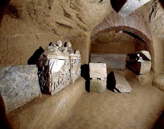 IGDA/A. Pistolesi     ЭТРУССКОЕ ЗАХОРОНЕНИЕ, обнаруженное в окрестностях города Кьюзи в центральной Италии.