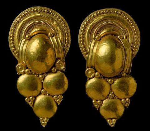IGDA/G. Nimatallah ЭТРУССКИЕ СЕРЬГИ в форме винограда, найденные в одной из гробниц в городе Вульчи.