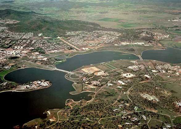 IGDA КАНБЕРРА. В центре города в 1960-х годах было создано искусственное озеро Берли-Гриффин.