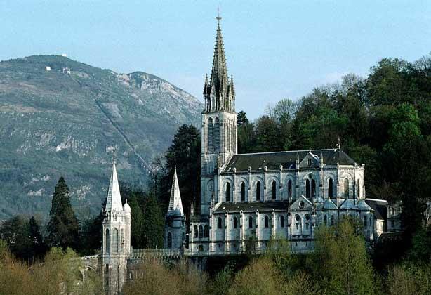 IGDA/G. Sioen БАЗИЛИКА ГОРОДА ЛУРД на юге Франции. Построена в 1876 на том месте, где в 1858 св. Бернадетте было видение Богородицы.