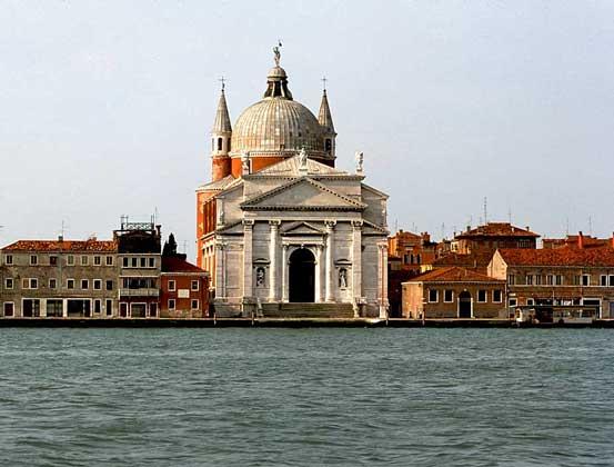 IGDA/E. Lessing     ЦЕРКОВЬ РЕДЕНТОРЕ (1576) на канале Джудекка в Венеции. Архитектор Андреа Палладио.