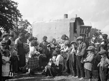 ЦЫГАНСКАЯ ЖЕНЩИНА играет на скрипке для толпы в Англии в 1936. Традиционная народная музыка кочевых цыган вдохновила многих европейских великих композиторов.