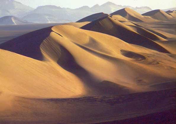 IGDA/G. Gamba ПЕСЧАНЫЕ ДЮНЫ, сформировавшиеся в Сахаре под воздействием сильного пассатного ветра харматан.