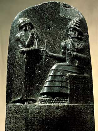 IGDA/G. Dagli Orti ХАММУРАПИ, ЦАРЬ ВАВИЛОНА получает от бога Солнца свод законов.