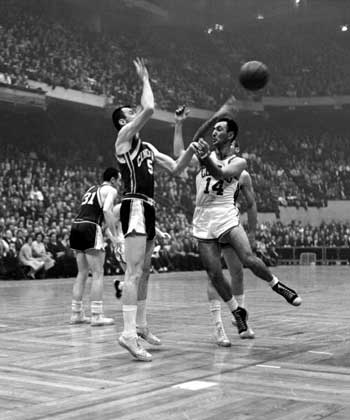 NBA Photos/NDAE/Getty Images     БОБ КОУЗИ (номер 14) игрок «Бостон селтикс». 1960.