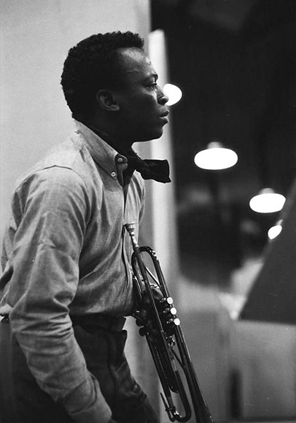 Майлз Дьюи Дэвис. The Official Miles Davis Site. © Sony Music Entertainment